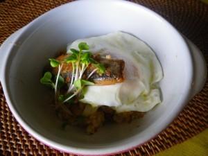 トマトサーディンと半熟目玉焼きの混ぜご飯(ウル目丼)イメージ